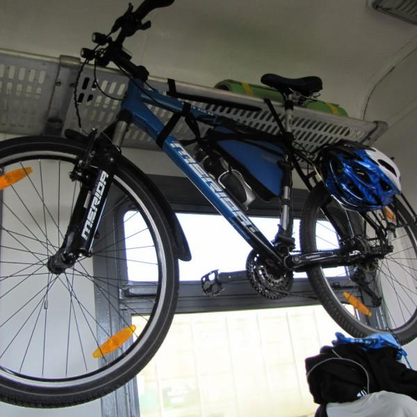 Отсутствие специализированных велосипедных мест стимулирует велосипедистов проявлять чудеса изобретательности: